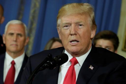 Donald Trump promulgue et critique les nouvelles sanctions contre la Russie
