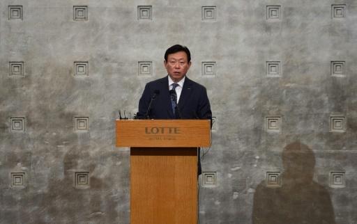 Le président du groupe Lotte Shin Dong-Bin lors d'une conférence de presse le 11 août 2015 à Séoul